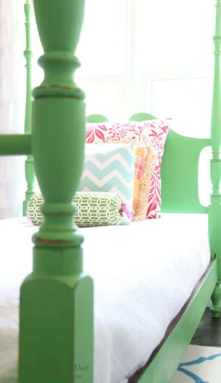 DIY chalk paint poster bed makeover from www.heatherednest.com #greenfurniture #greenfurniturepaint #greenbed #greenfurnituremakeover #antibesgreen #anniesloan #anniesloane #greenposterbed #greenfourposterbed #greenchalkpaint #greenbedroomideas