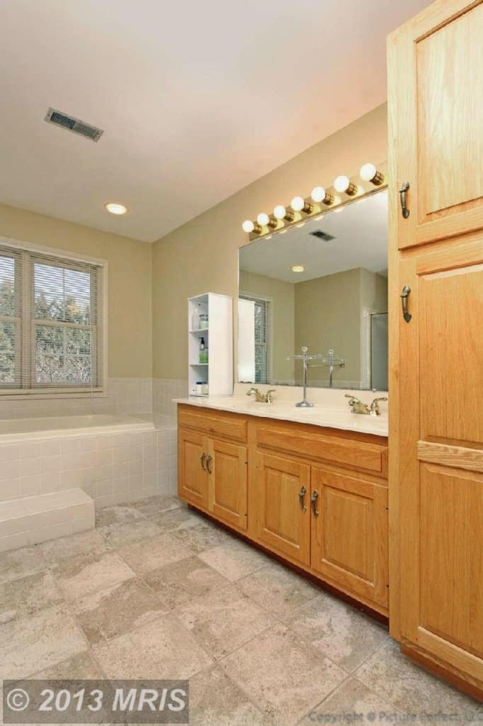 Need a bathroom makeover on a $0 budget? IT'S POSSIBLE! Come see this $0 bath makeover and get some of your own free bathroom ideas!