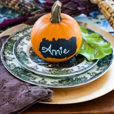 Quick and easy fall decorating idea, and perfect for a fall tablescape. Make these one-minute popular pumpkin place cards! #easypumpkincraft #nocarvepumpkinideas #chalkboardpumpkins #paintedpumpkin #pumpkinideasforfall #easyfalldecoratingideas