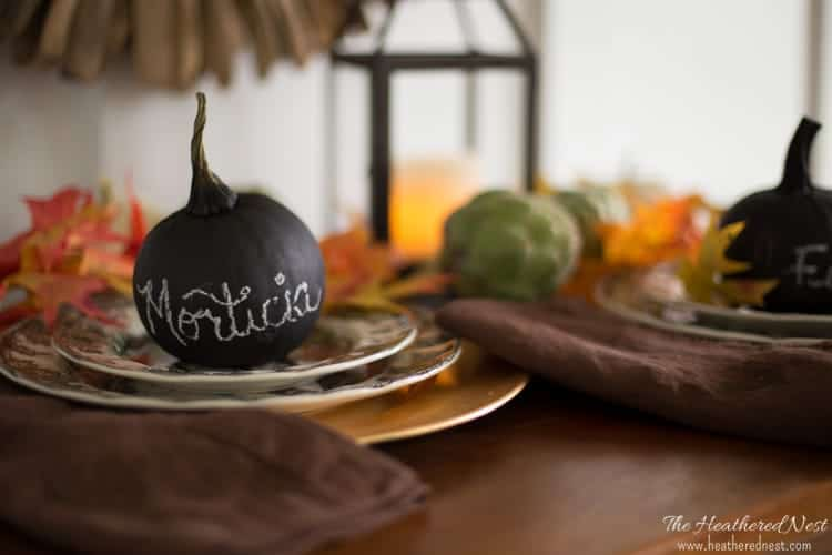 quick, one minute easy pumpkin craft! Pumpkin place cards with chalk paint! GREAT IDEA!