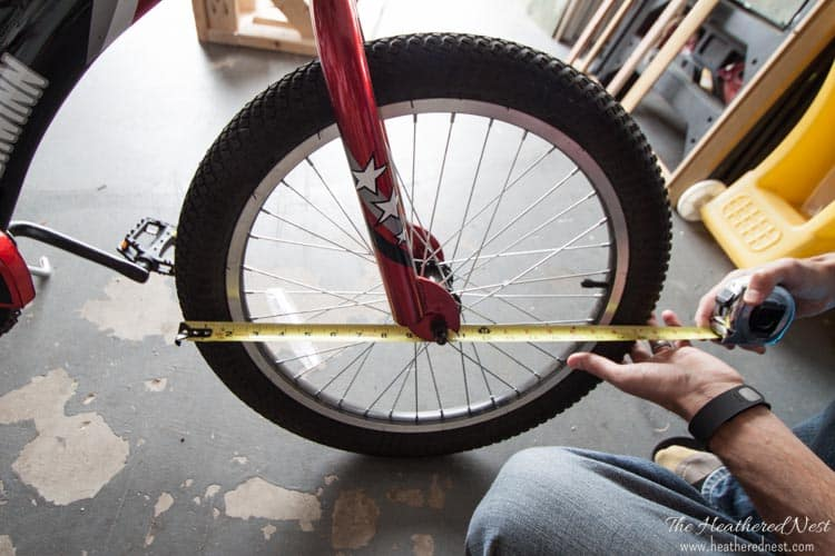 Easy homemade bike rack DIY with FREE plans included! from www.heatherednest.com