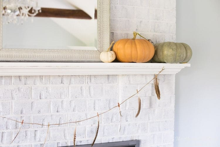 I love the look of this minimal autumn garland with feathers! SUCH an easy fall craft project!!!