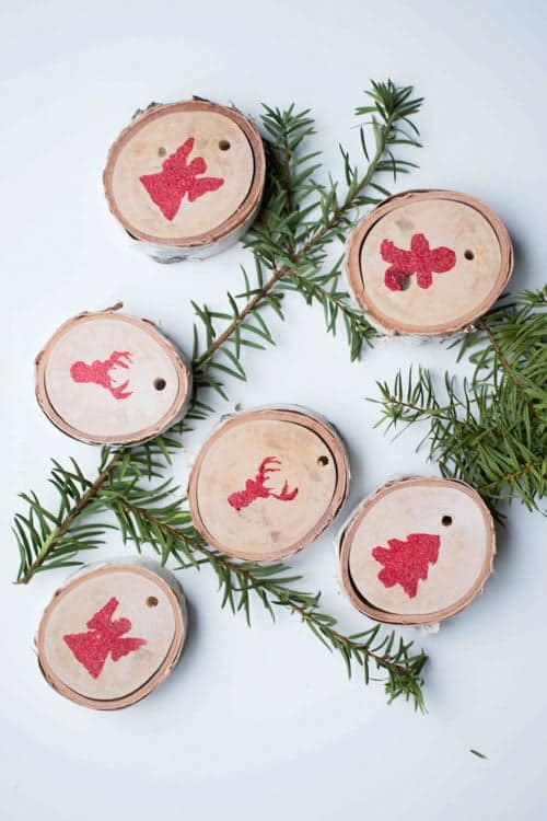 These stamped slice ornaments are perfectly minimalist yet festive!