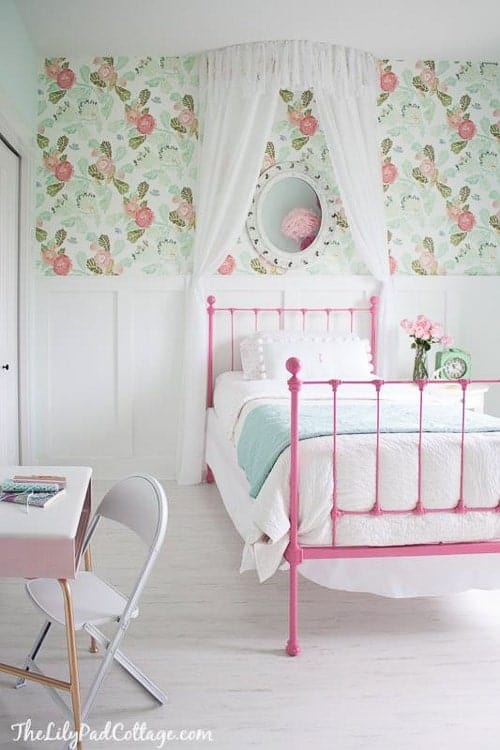 Can you believe this canopy bed? This girls room idea is so gorgeous - I kind of want it for my own bedroom! Love that wallpaper!