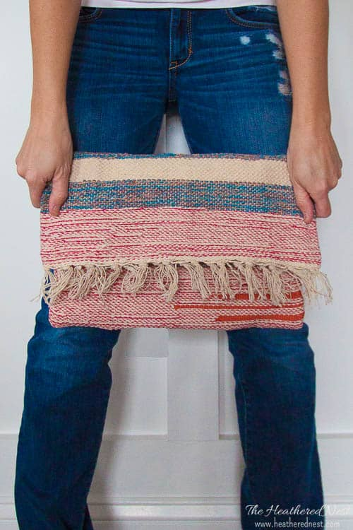 $2 rug turned adorable DIY boho clutch! Full tutorial! #DIYfashion #DIYclutch #boho #DIYclutchpurse #DIYclutchtutorial #bohoclutch #DIYclutchtutorialstepbystep #bohoclutchDIY #DIYhandbag #DIYpurse