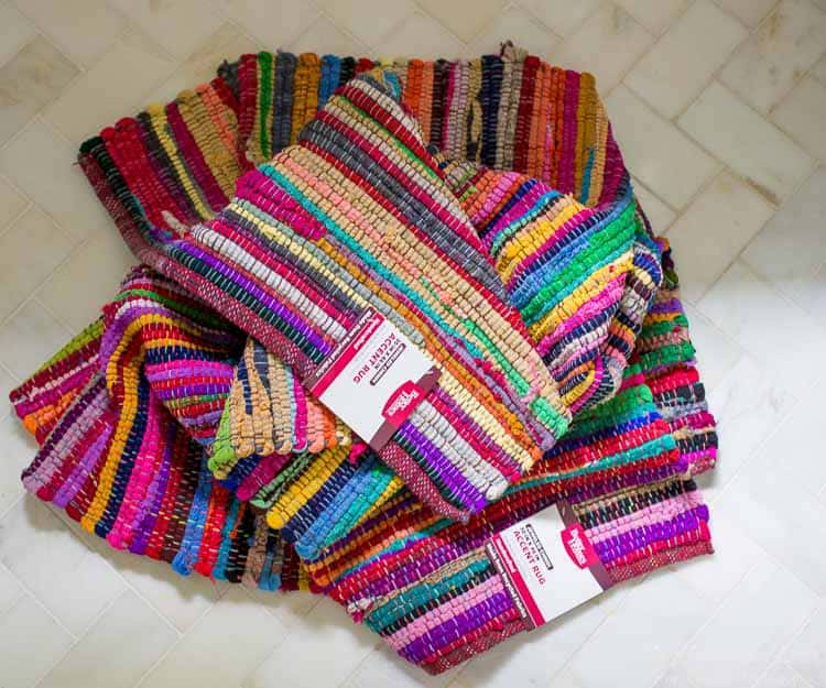So cute!! Make a DIY clutch from an inexpensive rag rug!!
