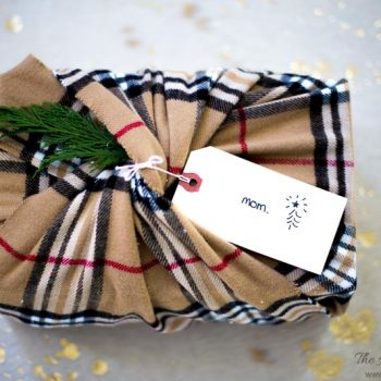 AWESOME Christmas wrapping idea! Not only is it gorgeous, it's eco-friendly | super green! I love unique gift wrapping ideas for Christmas...and this one using a winter scarf is EASY, too! #uniquegiftwrappingideasforchristmas #easygiftwrappingideasforchristmas #Christmasgiftwrap #DIYgiftwrappingideasforchristmas