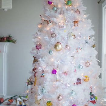 WOW! This is the EASIEST way to get that snowy Christmas tree look! Great DIY Christmas project!! I love the look of a flocked tree, but don't want the mess! This is better! #snowychristmastree #DIYsnowychristmastree #snowychristmastreeideas #whitechristmastree