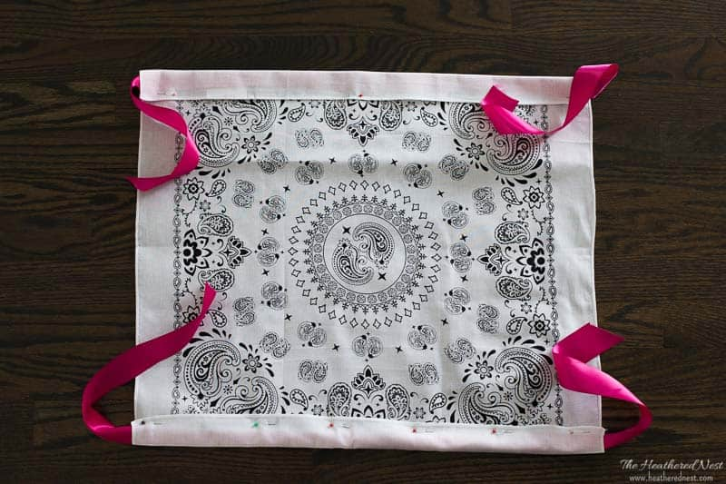5-minute Easter basket liner from $1 bandanas! #dollarstorecrafts #basketliner #easterbasketideas #easyeastercraft #bandanascrafts #bandanacrafts