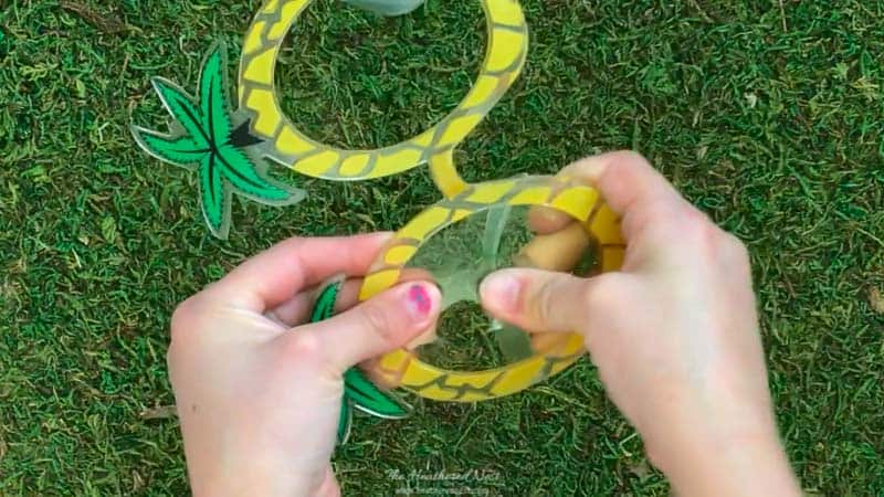 NO WAY! You won't believe what this adorable DIY napkin ring was made from!! This is a great summer craft idea!! Super quick and easy! #DIYnapkinringssummer #easysummercraft #palmtreecraft #palmtreedecor #flamingodecor #flamingocraft #napkinringideas #simplesummercraftforkids #tropicalcraft #poolpartyideas #summertablescapeideas #DIYnapkinrings