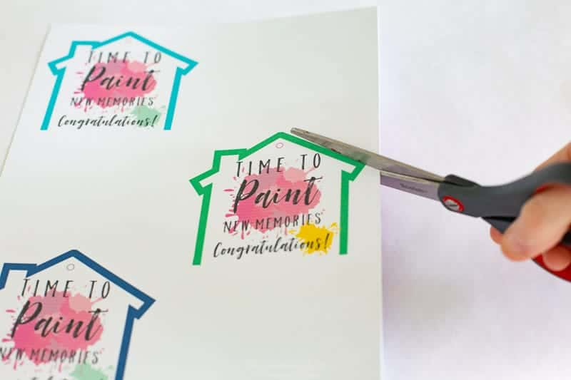 Grab these adorable FREE PRINTABLE housewarming card / gift tags / wine bottle labels perfect for a Housewarming gift!