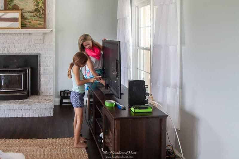 Installing a wall mount TV is easier than you may think! Here's how it's done in 3 basic steps. #SANUSwallmount #mountedTV #wallmount #howtomountaTV #bestTVmount #TVwallmount