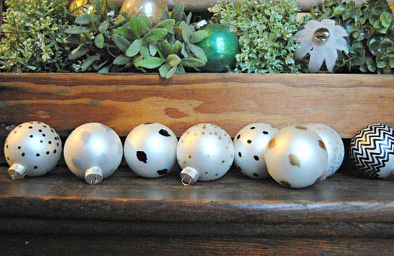 easy Christmas crafts: paint pen ornaments