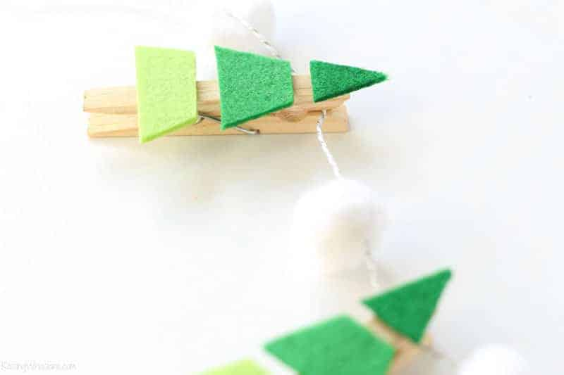 easy Christmas crafts: felted Christmas tree garland with clothespins