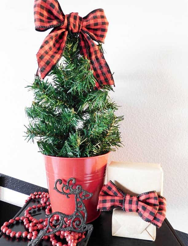 easy Christmas crafts: mini garland tabletop tree