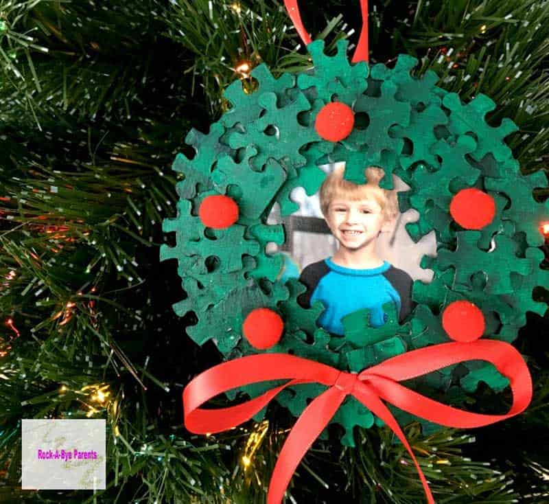 easy Christmas crafts: puzzle piece photo ornament