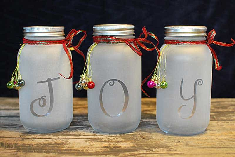 easy Christmas crafts: frosted mason jar craft