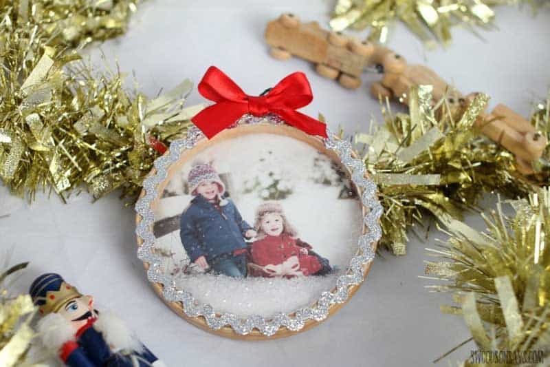 easy Christmas crafts: personalized photo snowglobe ornament