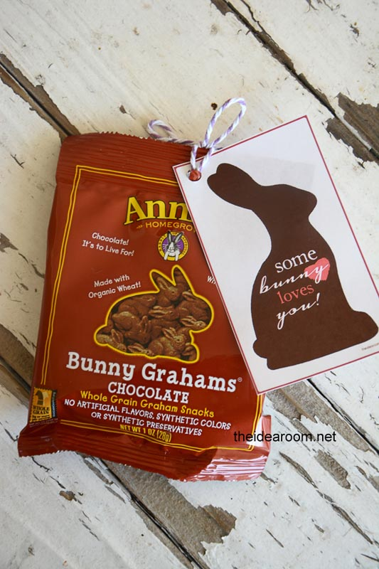 """BEST *Non-Candy* Free Printable Valentines Day Card Ideas for Kids: chocolate crackers bag with """"some bunny loves you"""" printable card"""