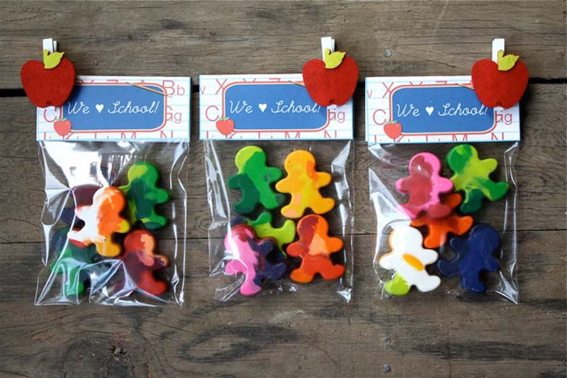 Adorable gingerbread man melted crayon craft packaged in a plastic bag with printable for a party favor