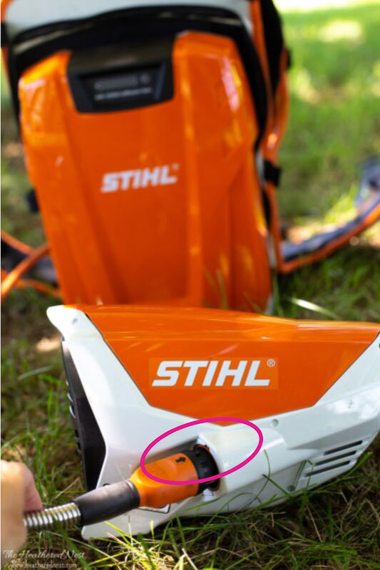plugging in KMA 130R motor to battery backpack STIHL KombiSystem