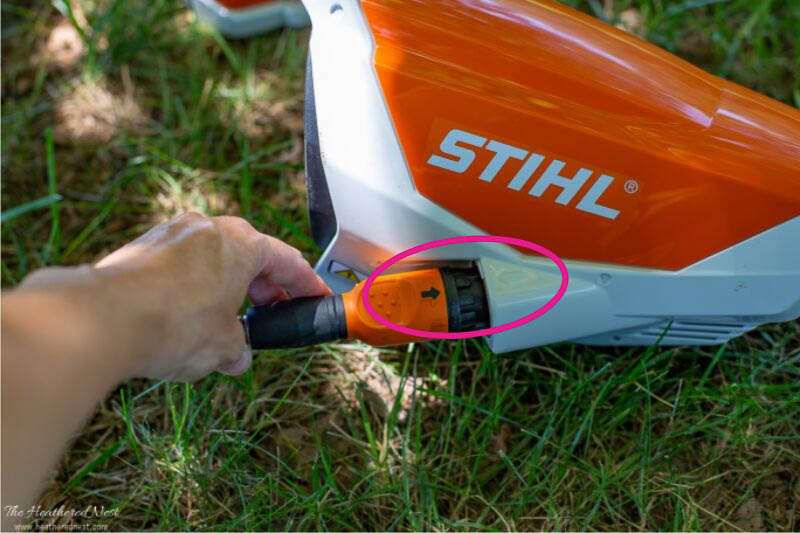 showing plug for STIHL battery to KMA 130 motor