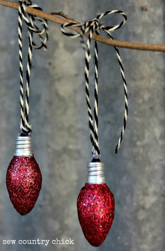 21 BRIGHT Ideas for Reusing Vintage Christmas Lights | Glittery ornaments