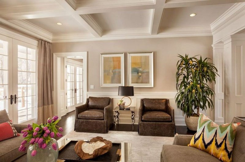 Family room with Collingwood walls and off-white trim, moulding and ceiling.